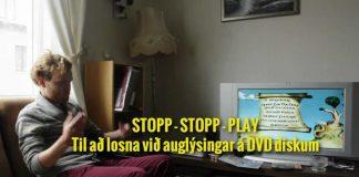 Maður situr í sófa og horfir á DVD mynd