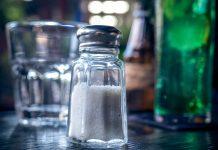 Saltstaukur og vatnsglas