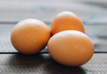 Þrjú egg á borði