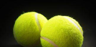 Tveir tennisboltar á borði