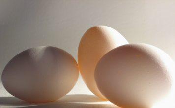 Fjögur egg á hvítu borði