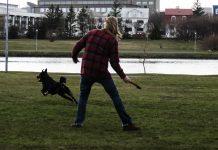 maður og hundur að leika