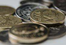 Íslensk mynt á borði
