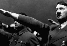 Foringinn Adolf Hitler reiðir hægri hendi fram