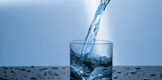 vatni hellt í glas