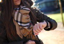 Nærmynd af smart klæddri konu